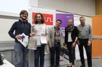 Zmagovalna ekipa (Žan Knafelc, Tim Poštuvan in Žiga Željko) s sponzorji